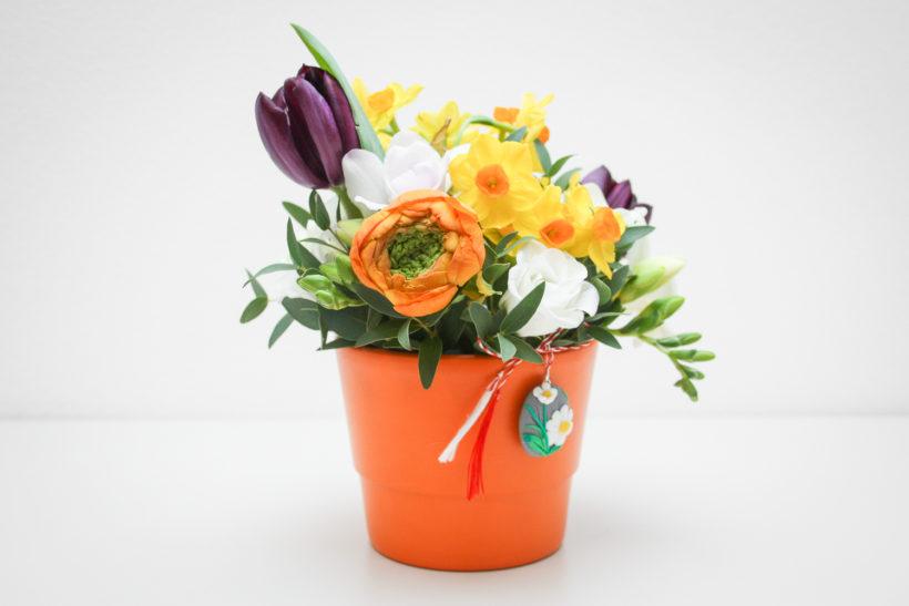 aranjament-floral-ranunculus-frezii-lalele-narcise-2-820x547.jpg