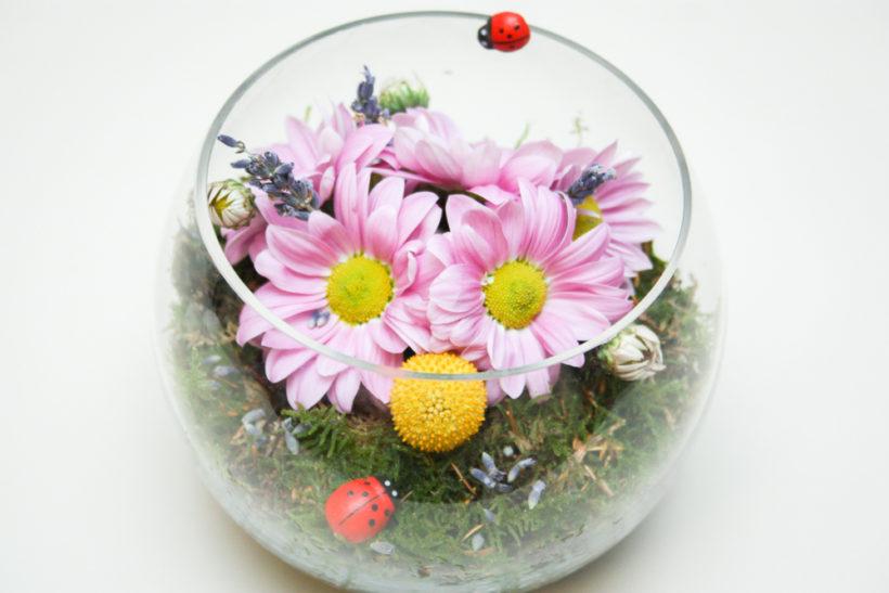cadou-floral-in-bol-de-sticla-crizanteme-2-820x547.jpg