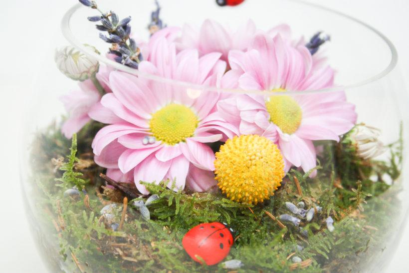 cadou-floral-in-bol-de-sticla-crizanteme-3-820x547.jpg