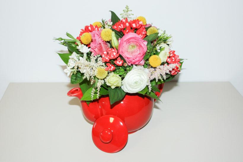 ceainic-floral-ranunculus-bouvardia-craspedia-820x547.jpg