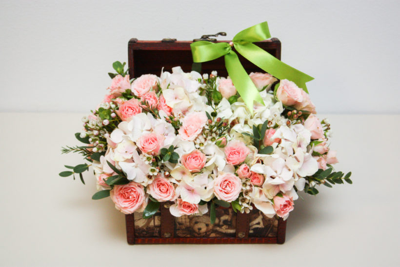 cufar-floral-cadou-aniversar-miniroze-hortensie-wax-flower-1-820x547.jpg
