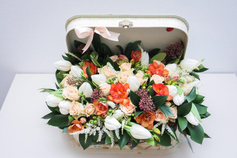 cutie-florala-lalele-frezii-miniroze-skimmia-1-820x547.jpg