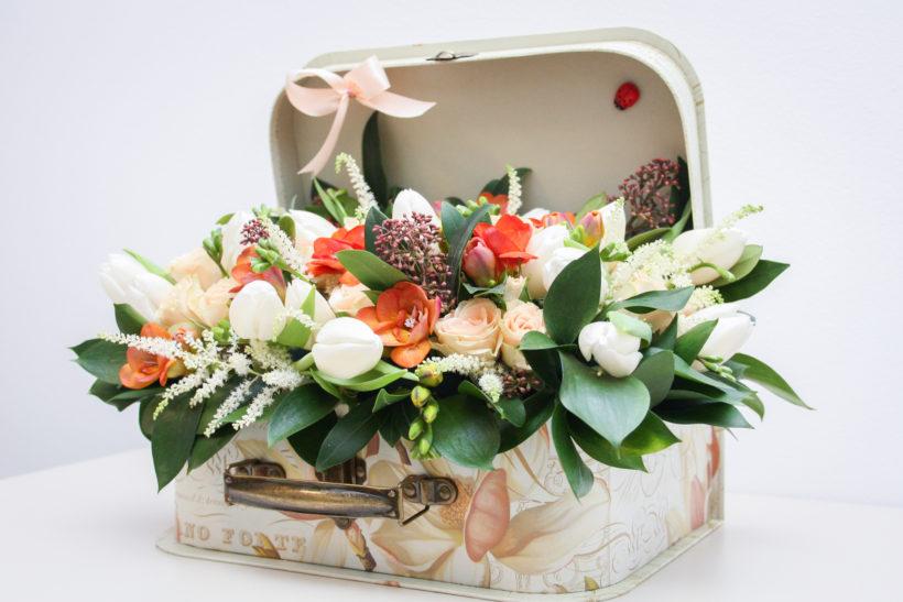 cutie-florala-lalele-frezii-miniroze-skimmia-2-820x547.jpg
