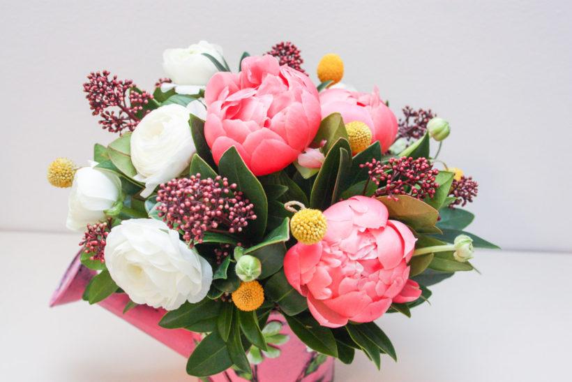stropitoare-florala-buori-ranunculus-craspedia-skimmia-2-820x547.jpg