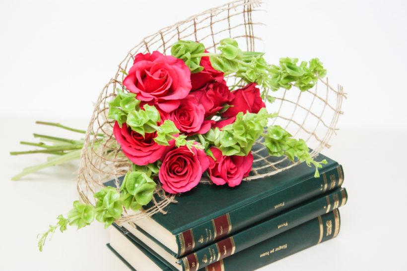buchet-cadou-trandafiri-si-molucella-2-820x547.jpg